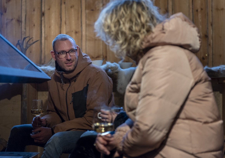 Fins Lapland deelnemers drinken wijn